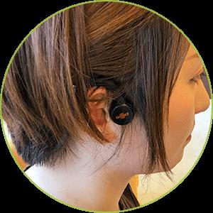 製作したクラシックCDを骨導ヘッドフォンで聴くことで、突発性難聴で負担がかかった脳のリハビリをします。